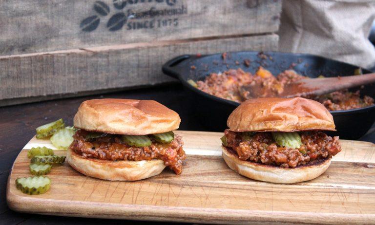 Sloppy Joe Burger – Sandwich mit Hackfleischsauce & Cheddar