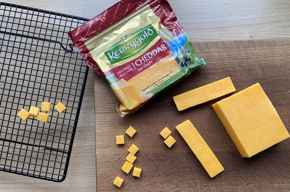 Aus Kerrygold Cheddar wird gepuffter Käse cheese pops-Kaese Pops Cheese gepuffter Kaese pops 01-Cheese Pops – Käse-Popcorn selber machen
