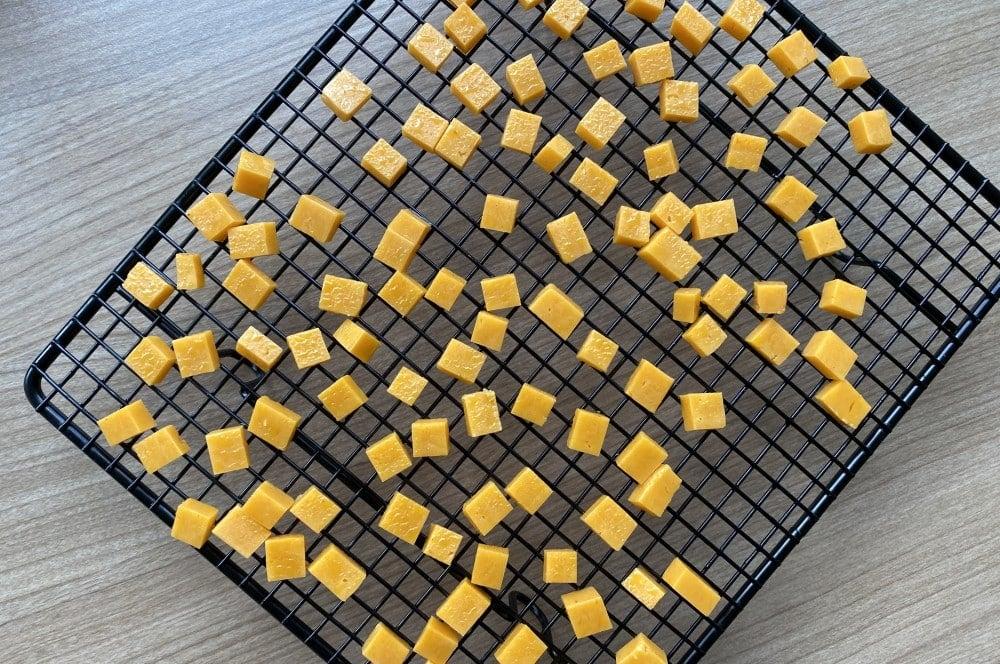 Die Käsewürfel werden getrocknet cheese pops-Kaese Pops Cheese gepuffter Kaese pops 03-Cheese Pops – Käse-Popcorn selber machen