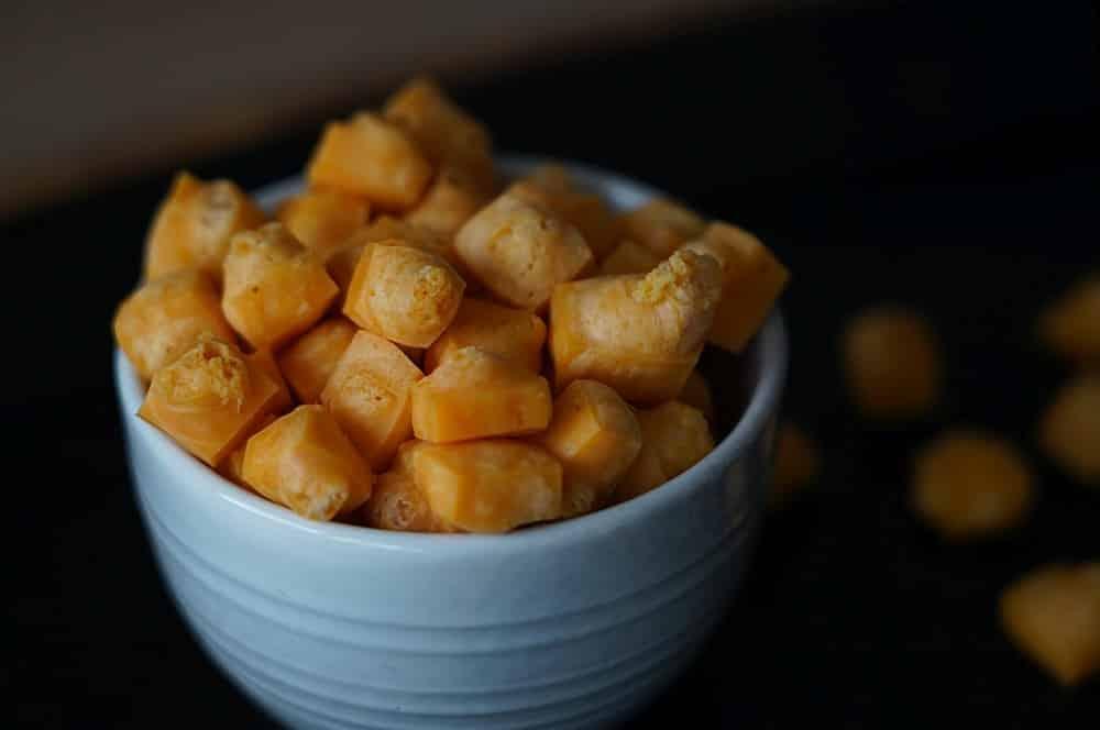 Käse-Pops aus herzhaftem Cheddar cheese pops-Kaese Pops Cheese gepuffter Kaese pops 05-Cheese Pops – Käse-Popcorn selber machen