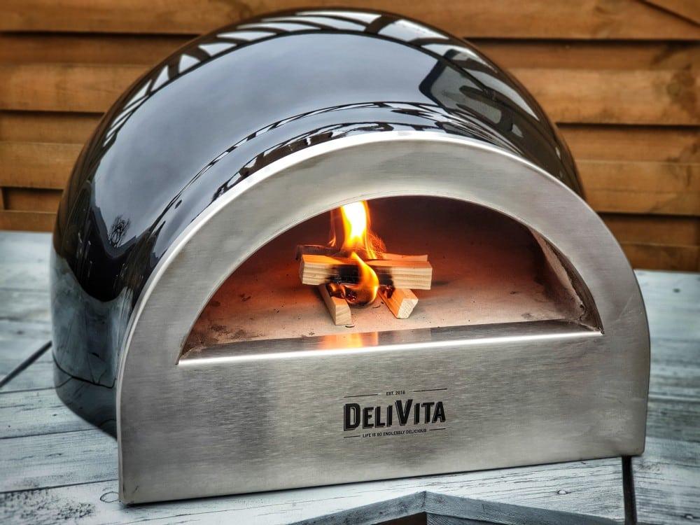 Der Holzbackofen wird angeheizt delivita holzbackofen-DeliVita Holzbackofen 02-DELIVITA Holzbackofen – Mehr als nur ein Pizzaofen