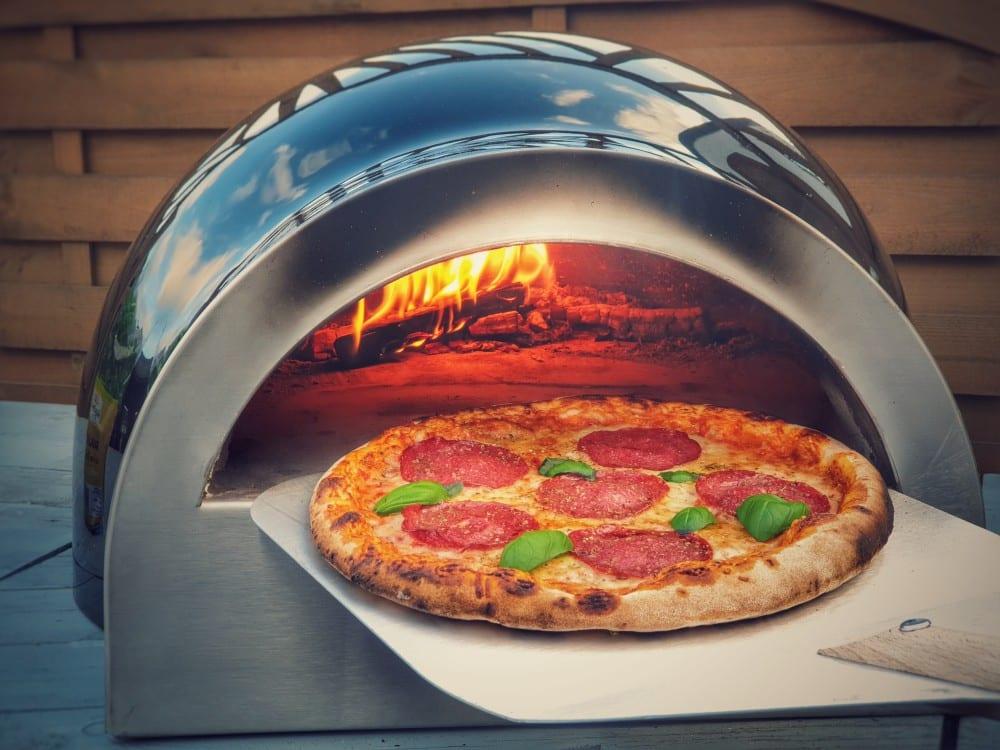 Salami-Pizza im DELIVITA Holzbackofen delivita holzbackofen-DeliVita Holzbackofen 04-DELIVITA Holzbackofen – Mehr als nur ein Pizzaofen
