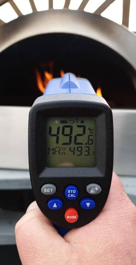 Knapp 500°C sind nach knapp 30 Minuten erreicht delivita holzbackofen-DeliVita Holzbackofen 07-DELIVITA Holzbackofen – Mehr als nur ein Pizzaofen