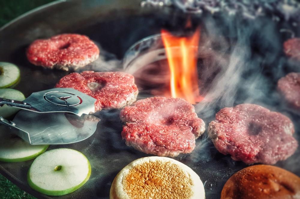 Die Zange hat Burgerpatties sicher im Griff v-tong burgerzange-Moesta BBQ VTong Burgerzange 06-V-Tong Burgerzange von Moesta-BBQ im Quick-Check