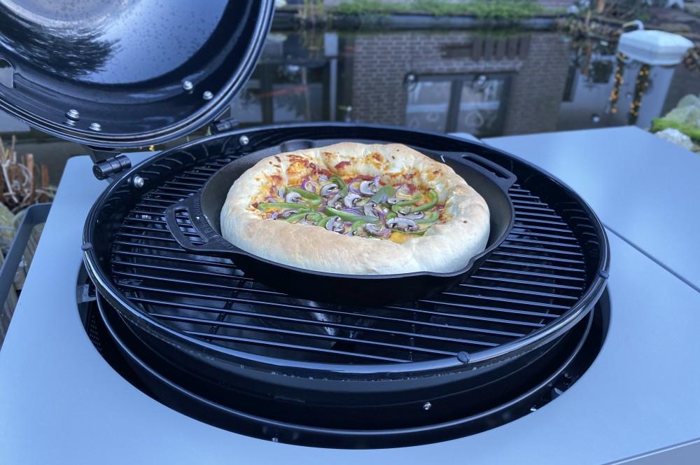 Die Pan Pizza wird für rund 30 Minuten bei 220°C gebacken pan pizza-Pan Pizza mit Kaeserand 03-Pan Pizza – Pfannenpizza mit Käserand
