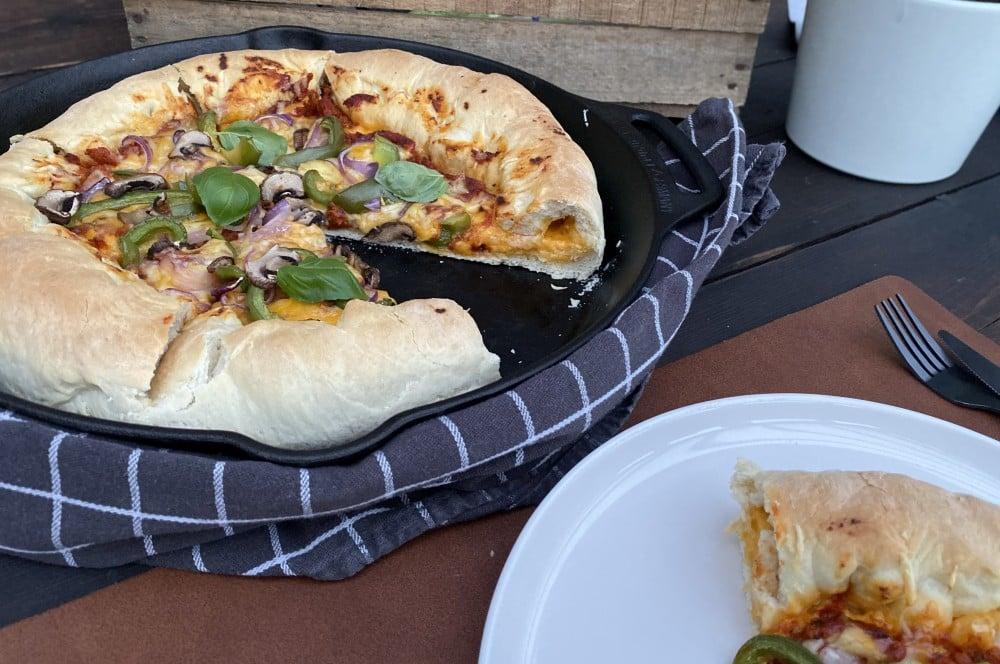 Pan Pizza mit gefülltem Käserand pan pizza-Pan Pizza mit Kaeserand 04-Pan Pizza – Pfannenpizza mit Käserand