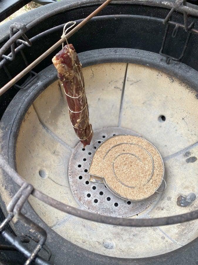 Das Schweinefilet wird im Grill geräuchert geräuchertes schweinefilet-Geraeuchertes Schweinefilet 05-Geräuchertes Schweinefilet – Filetschinken kaltgeräuchert