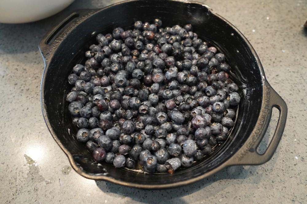 Die Blaubeeren werden in der Pfanne verteilt blueberry cobbler-Blueberry Cobbler Blaubeer Dessert 02-Blueberry Cobbler – Warmes Blaubeer-Dessert vom Grill
