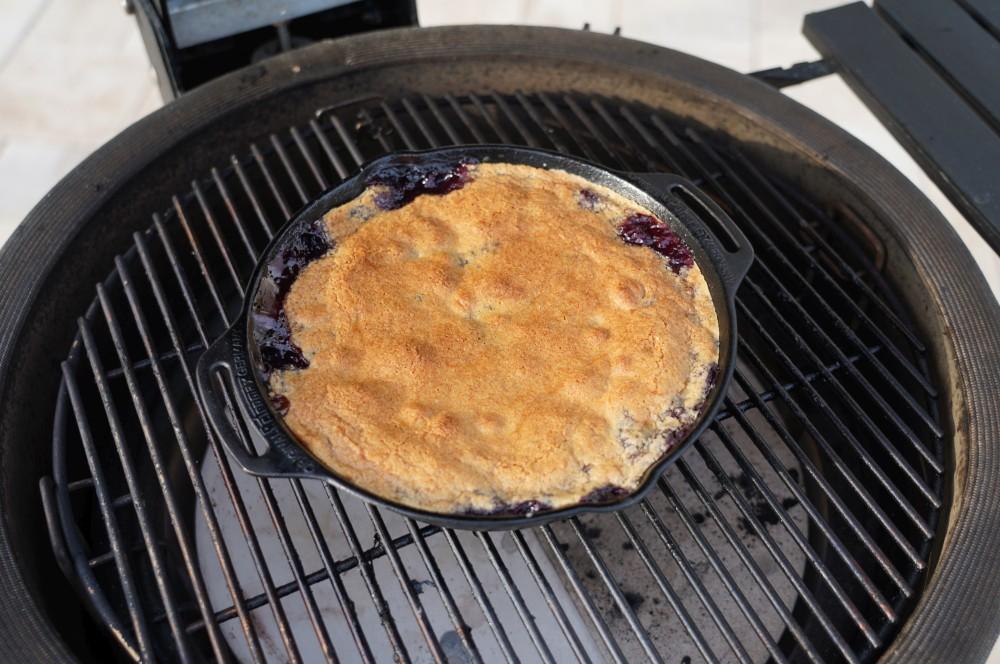 Der Blueberry Cobbler wird für 35-40 Minuten gebacken blueberry cobbler-Blueberry Cobbler Blaubeer Dessert 04-Blueberry Cobbler – Warmes Blaubeer-Dessert vom Grill