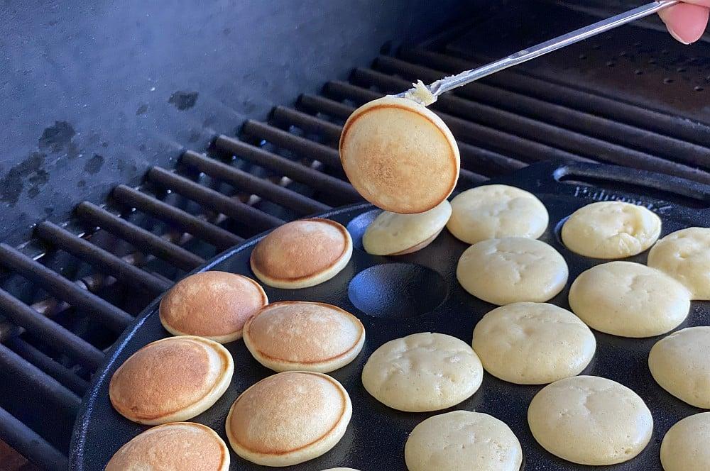 Die Poffertjes werden gewendet poffertjes-Poffertjes hollaendische Pfannkuchen 03-Poffertjes – Rezept für die holländischen Mini-Pfannkuchen