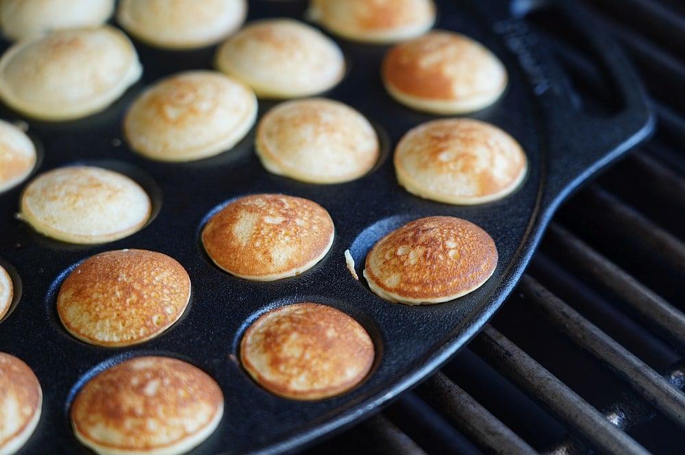 Goldbraune Poffertjes in der Petromax Poffertjespfanne poffertjes-Poffertjes hollaendische Pfannkuchen 04-Poffertjes – Rezept für die holländischen Mini-Pfannkuchen