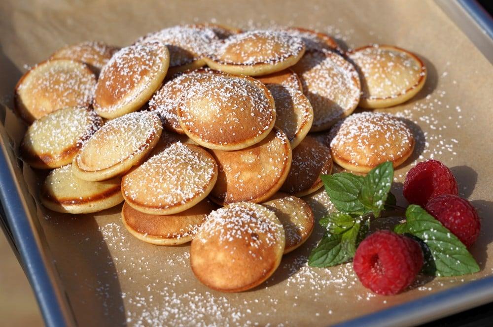 Die Poffertjes werden mit Puderzucker serviert poffertjes-Poffertjes hollaendische Pfannkuchen 05-Poffertjes – Rezept für die holländischen Mini-Pfannkuchen