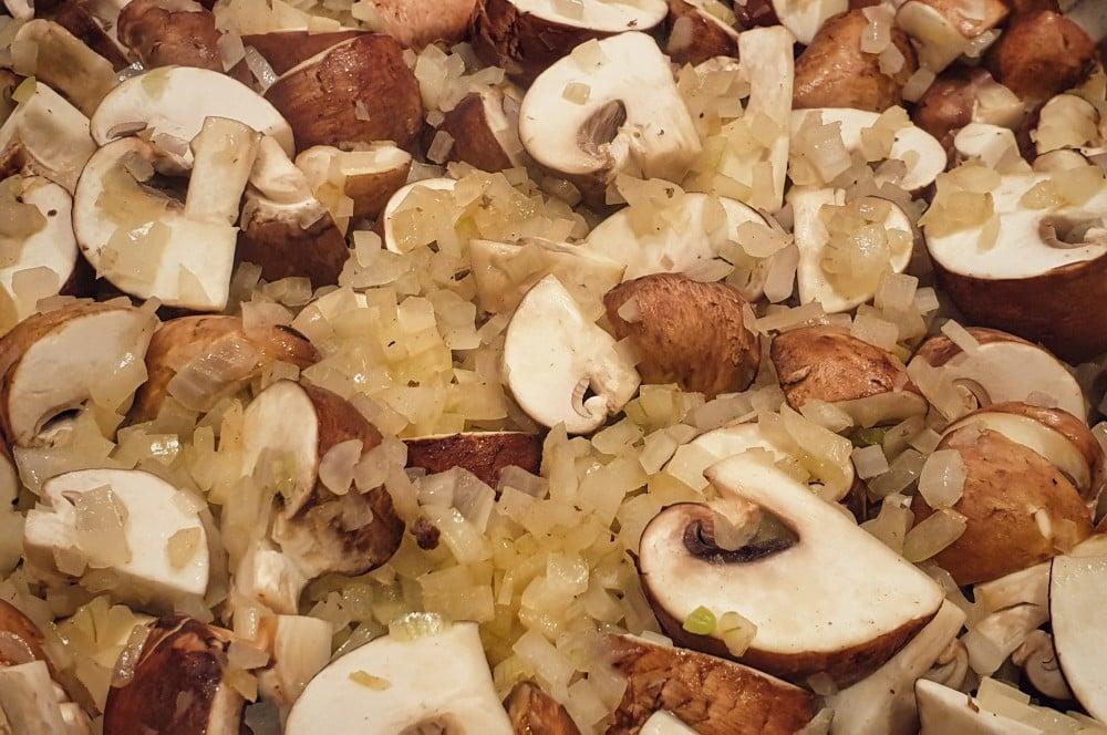 Champignons und Zwiebeln werden klein geschnitten boeuff stroganoff-Boeuff Stroganoff Rinderfilet russicher Art 02-Boeuff Stroganoff – Rinderfiletspitzen nach russischer Art