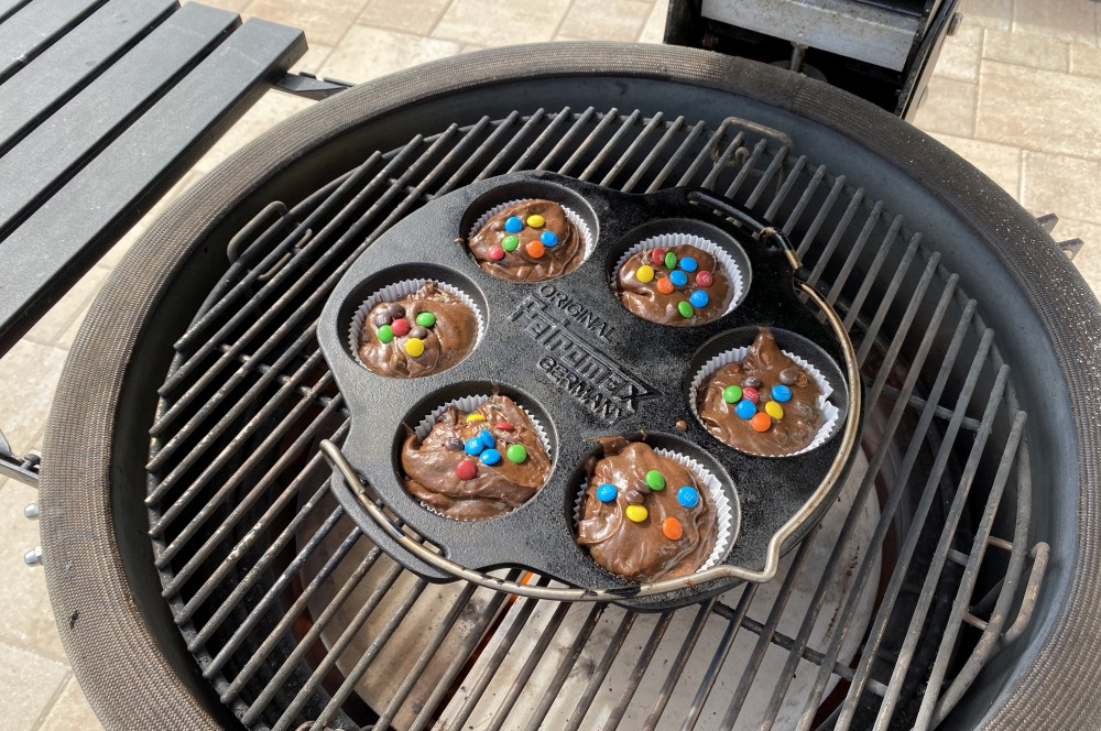 Der Teig wird in  die Muffinform gefüllt schoko-muffins-Schoko Muffins Schokolinsen 02-Schoko-Muffins mit Schokolinsen