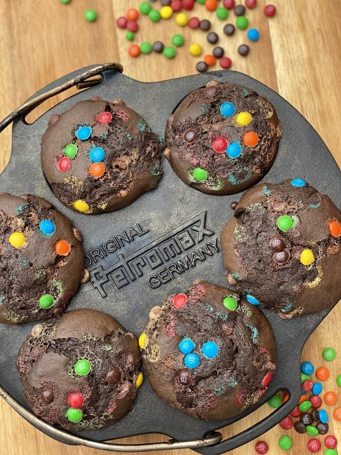 Schoko-Muffins aus der Petromax-Muffinform schoko-muffins-Schoko Muffins Schokolinsen 03-Schoko-Muffins mit Schokolinsen