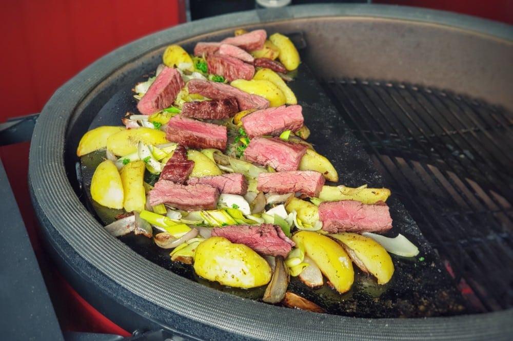 """Das Steak wird nochmal auf den Kartoffeln """"angewärmt""""  stroganoff-pfanne-Stroganoff Pfanne Bavette 05-Stroganoff-Pfanne mit Bavette"""