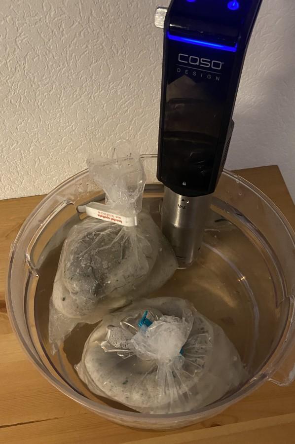 Die Wurst wird mit dem Sous Vide Stick gebrüht bärlauch-griller-Baerlauch Griller Bratwurst 11-Bärlauch-Griller – Selbstgemachte Bärlauch-Bratwurst bärlauch-griller-Baerlauch Griller Bratwurst 11-Bärlauch-Griller – Selbstgemachte Bärlauch-Bratwurst