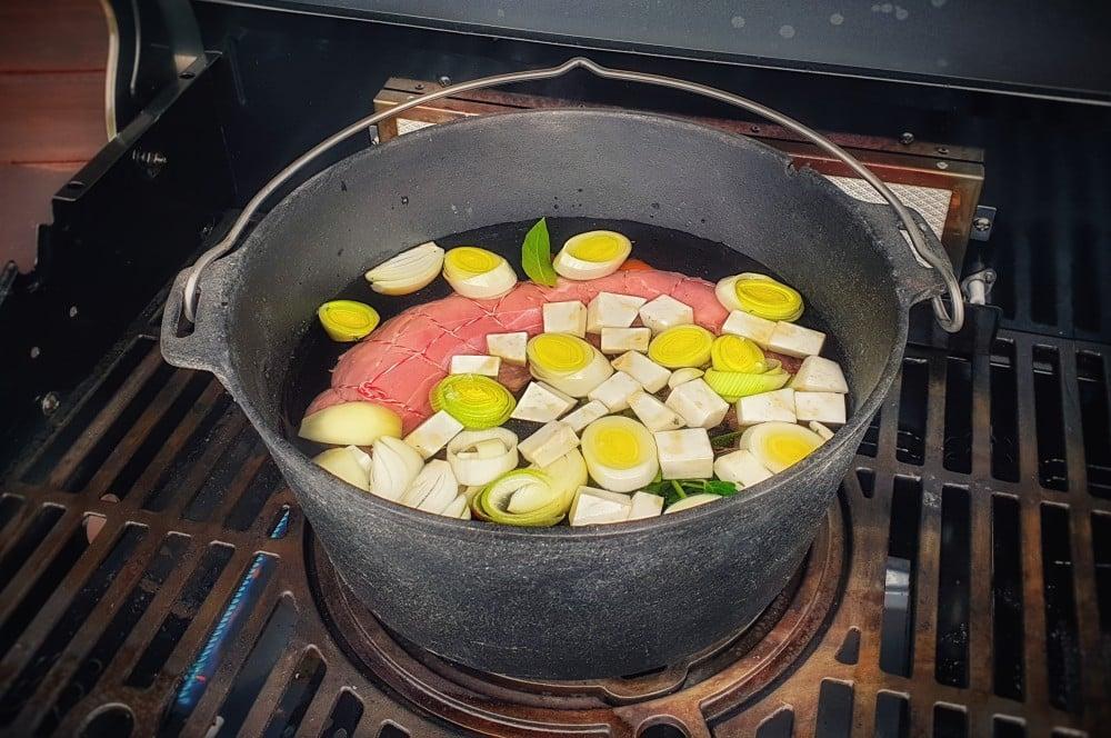 Das Kalbfleisch wird im Feuertopf gegart vitello tonnato-Vitello Tonnato 03-Vitello Tonnato – Rezept für den italienischen Vorspeisen-Klassiker vitello tonnato-Vitello Tonnato 03-Vitello Tonnato – Rezept für den italienischen Vorspeisen-Klassiker