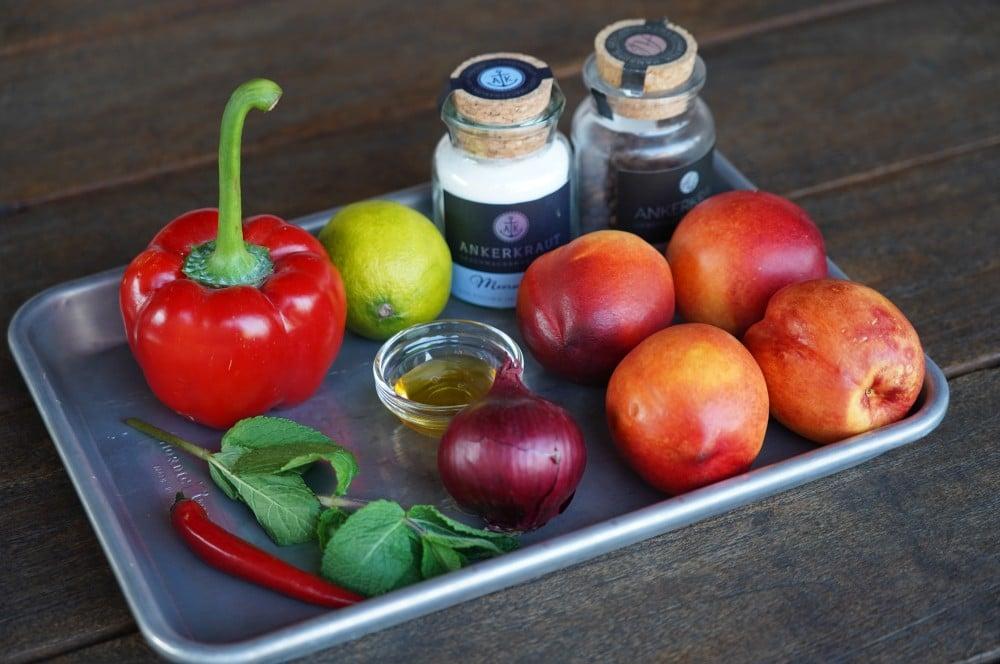 Alle Zutaten für die Nektarinen-Salsa auf einen Blick nektarinen-salsa-Nektarinen Salsa 01-Nektarinen-Salsa mit Paprika, Minze und Limette