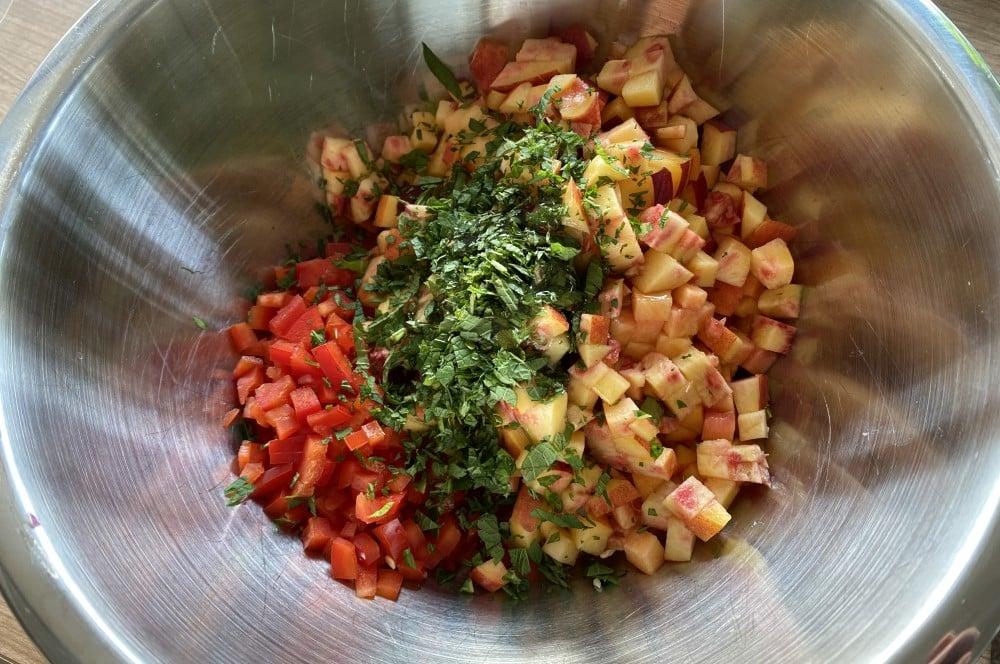 Alle Zutaten werden in einer Schale miteinander vermischt nektarinen-salsa-Nektarinen Salsa 02-Nektarinen-Salsa mit Paprika, Minze und Limette