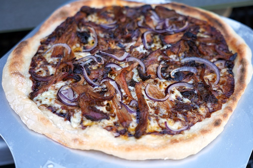 Pulled Pork Pizza vom Grill pulled pork pizza-Pulled Pork Pizza 04-Pulled Pork Pizza vom Grill mit roten Zwiebeln