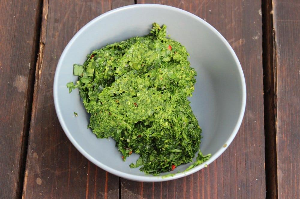 Das Bärlauch-Chimichurri wird zubereitet bärlauch-chimichurri-Baerlauch Chimichurri 02-Bärlauch-Chimichurri – Würzige Kräutersauce mit Petersilie