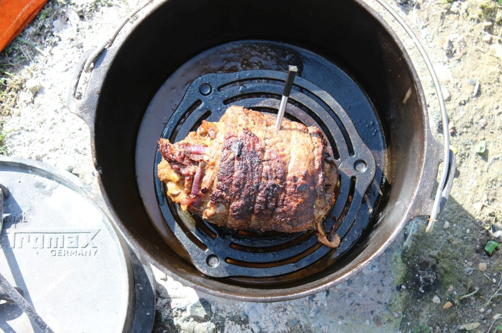 Die Roulade wird im Dutch Oven platziert skirt steak roulade-Skirt Steak Roulade 08-Skirt Steak Roulade – XXL-Roulade aus dem Dutch Oven