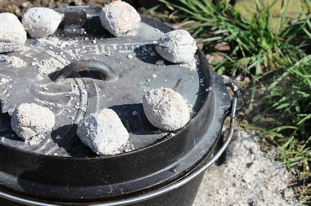Die Kokoko Eggs werden auf und unter dem Dutch Oven verteilt skirt steak roulade-Skirt Steak Roulade 09-Skirt Steak Roulade – XXL-Roulade aus dem Dutch Oven
