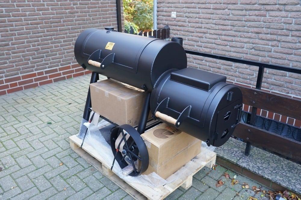 """Der Joe's Barbecue Smoker 16"""" Reverse Flow wird auf Palette geliefert joe's barbeque smoker-Joes BBQ Smoker 16 Reverse Flow 01-Joe's Barbeque Smoker 16″ Reverse Flow im Test"""