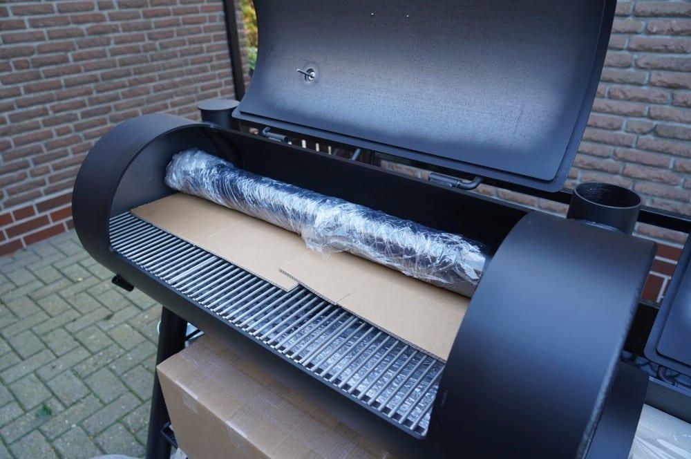 Der Kamin muss eingesteckt werden joe's barbeque smoker-Joes BBQ Smoker 16 Reverse Flow 02-Joe's Barbeque Smoker 16″ Reverse Flow im Test