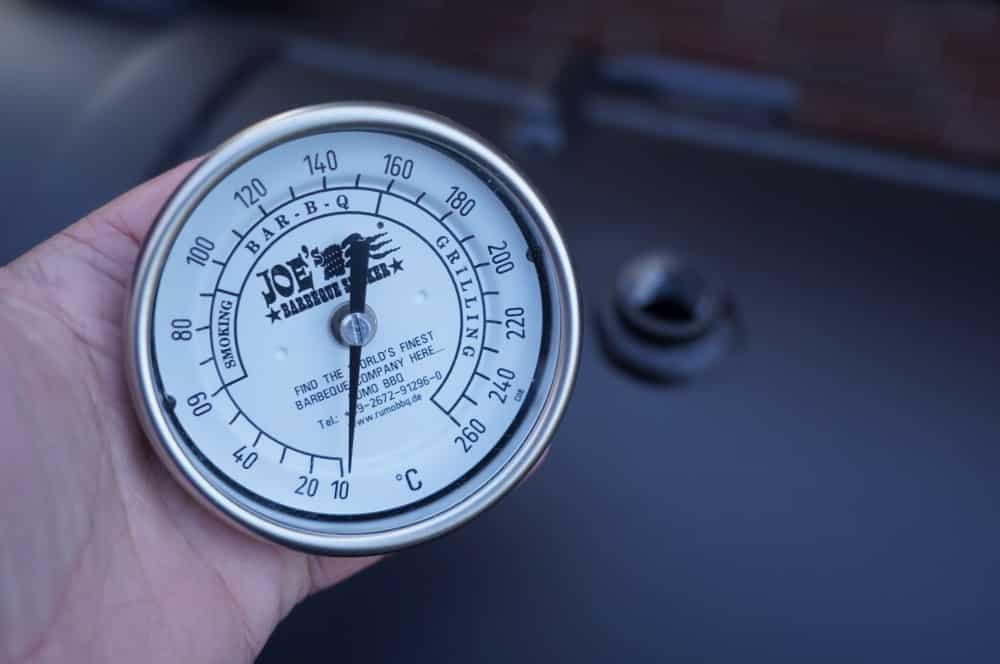 Das Thermometer wird eingeschraubt joe's barbeque smoker-Joes BBQ Smoker 16 Reverse Flow 03-Joe's Barbeque Smoker 16″ Reverse Flow im Test