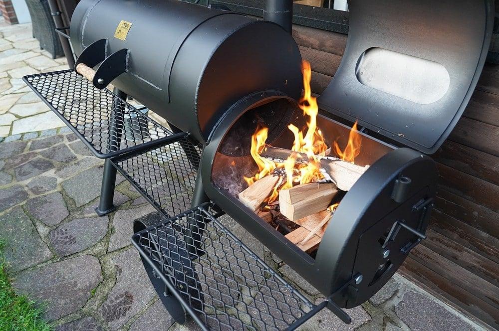 Der Smoker wird mit einem Feuer auf Temperatur gebracht joe's barbeque smoker-Joes BBQ Smoker 16 Reverse Flow 15-Joe's Barbeque Smoker 16″ Reverse Flow im Test