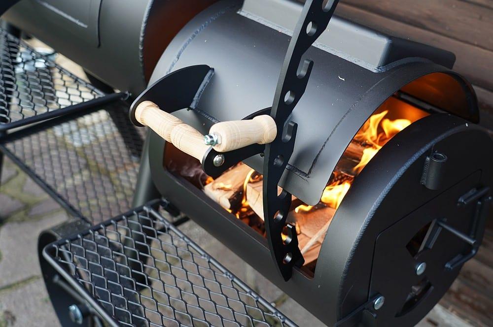Mit dem Deckelhalter wird die Sauerstoffzufuhr gesteuert joe's barbeque smoker-Joes BBQ Smoker 16 Reverse Flow 16-Joe's Barbeque Smoker 16″ Reverse Flow im Test