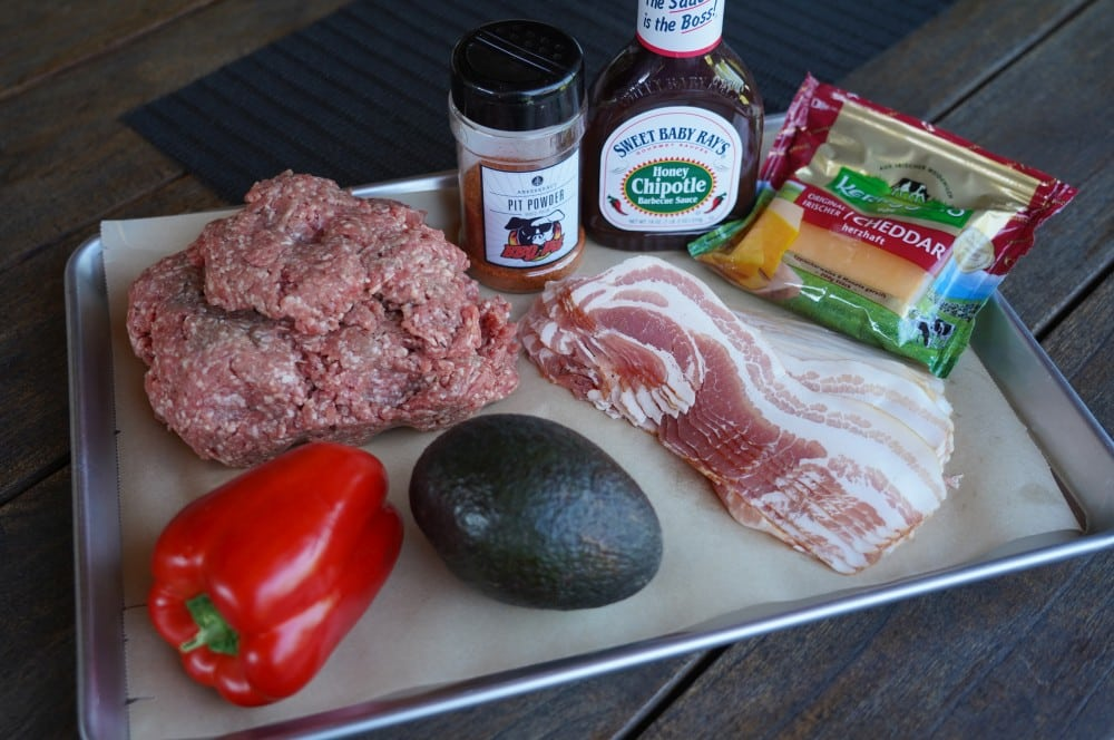 Alle Zutaten für die Avocado Bacon Bomb auf einen Blick! avocado bacon bomb-Avocado Bacon Bomb 01-Avocado Bacon Bomb mit Paprika