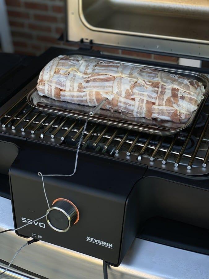 Die Kerntemperatur der Bacon Bomb wird mit dem integrierten Thermometer überwacht avocado bacon bomb-Avocado Bacon Bomb 03-Avocado Bacon Bomb mit Paprika