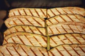 moussaka-Moussaka griechischer Auberginen Auflauf 06 300x199-Moussaka – Griechischer Auflauf mit Auberginen, Hack und Kartoffeln