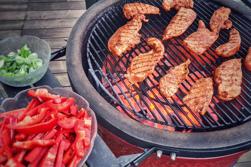 Die Hähnchenbrustfilets werden auf dem Kamado Joe gegrillt paprika-hähnchenpfanne-Paprika Haehnchenpfanne 02-Paprika-Hähnchenpfanne – Schnelles und einfaches Rezept
