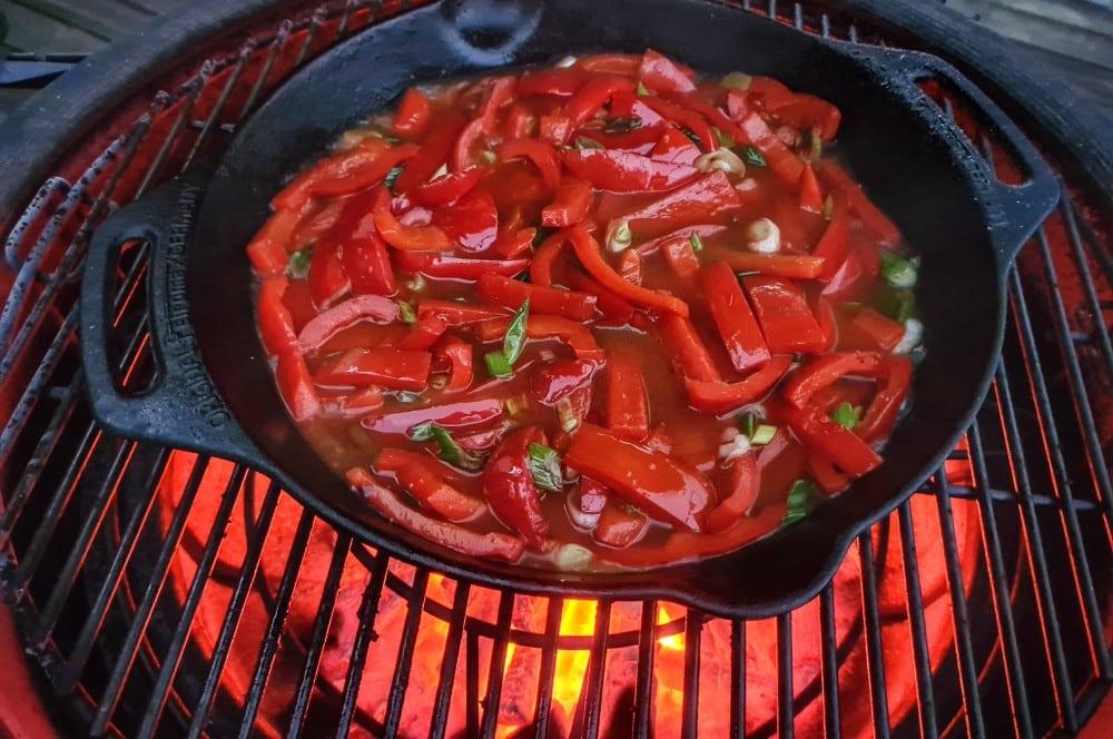 Die Paprika wird angeröstet paprika-hähnchenpfanne-Paprika Haehnchenpfanne 03-Paprika-Hähnchenpfanne – Schnelles und einfaches Rezept
