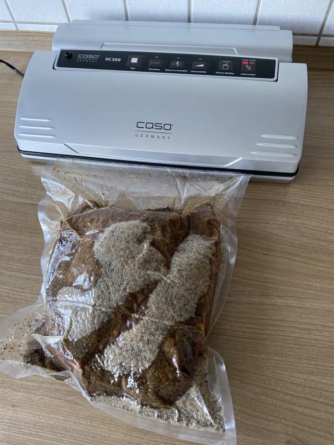 Das Brisket wird mit dem Pökel-Rub einvakuumiert bbqpit-pastrami-brisket-set-Pastrami Brisket 05-BBQPit-Pastrami-Brisket-Set ab sofort bei Albers Food erhältlich