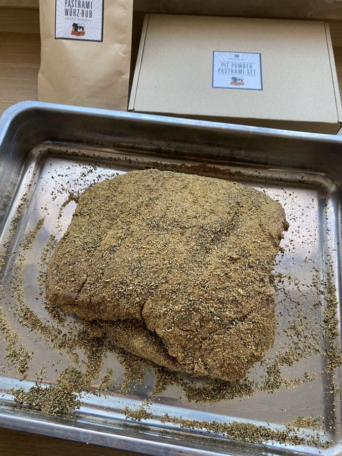 Der Würz-Rub wird aufgetragen bbqpit-pastrami-brisket-set-Pastrami Brisket 08-BBQPit-Pastrami-Brisket-Set ab sofort bei Albers Food erhältlich