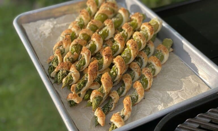 Spargel-Blätterteig-Stangen mit Parmesan-Oregano-Topping