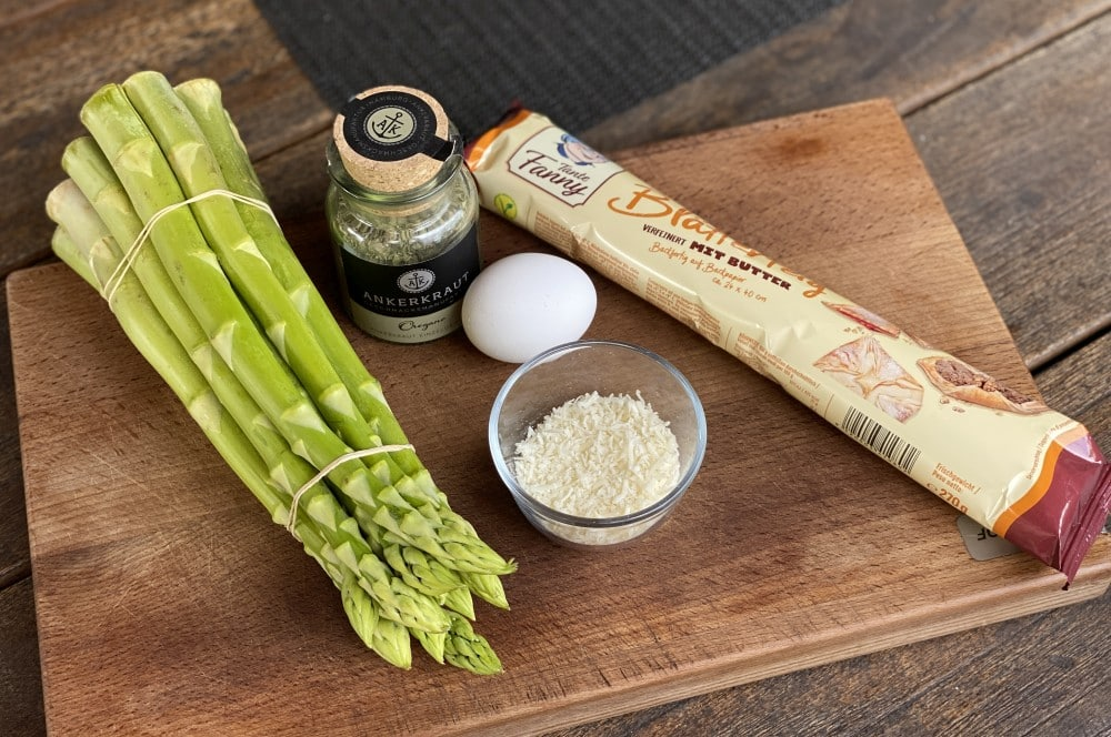 Alle Zutaten für Spargel-Blätterteig-Stangen auf einen Blick spargel-blätterteig-stangen-Spargel Blaetterteig Stangen 01-Spargel-Blätterteig-Stangen mit Parmesan-Oregano-Topping