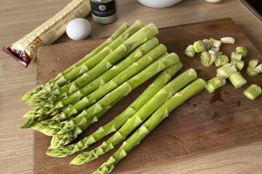 Die Enden des grünen Spargels werden abgeschnitten spargel-blätterteig-stangen-Spargel Blaetterteig Stangen 02-Spargel-Blätterteig-Stangen mit Parmesan-Oregano-Topping
