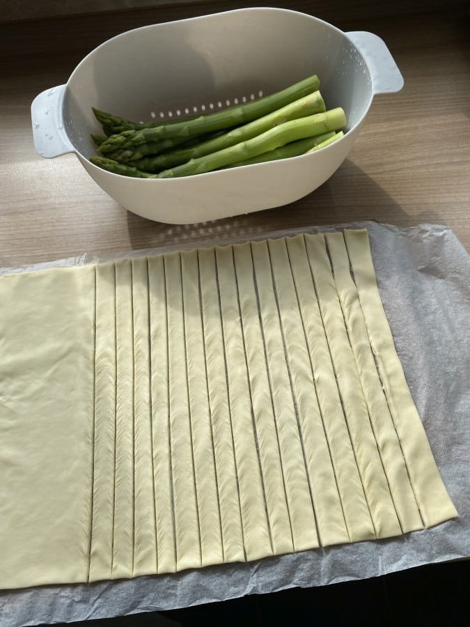 Der Blätterteig wird in Streifen geschnitten spargel-blätterteig-stangen-Spargel Blaetterteig Stangen 03-Spargel-Blätterteig-Stangen mit Parmesan-Oregano-Topping