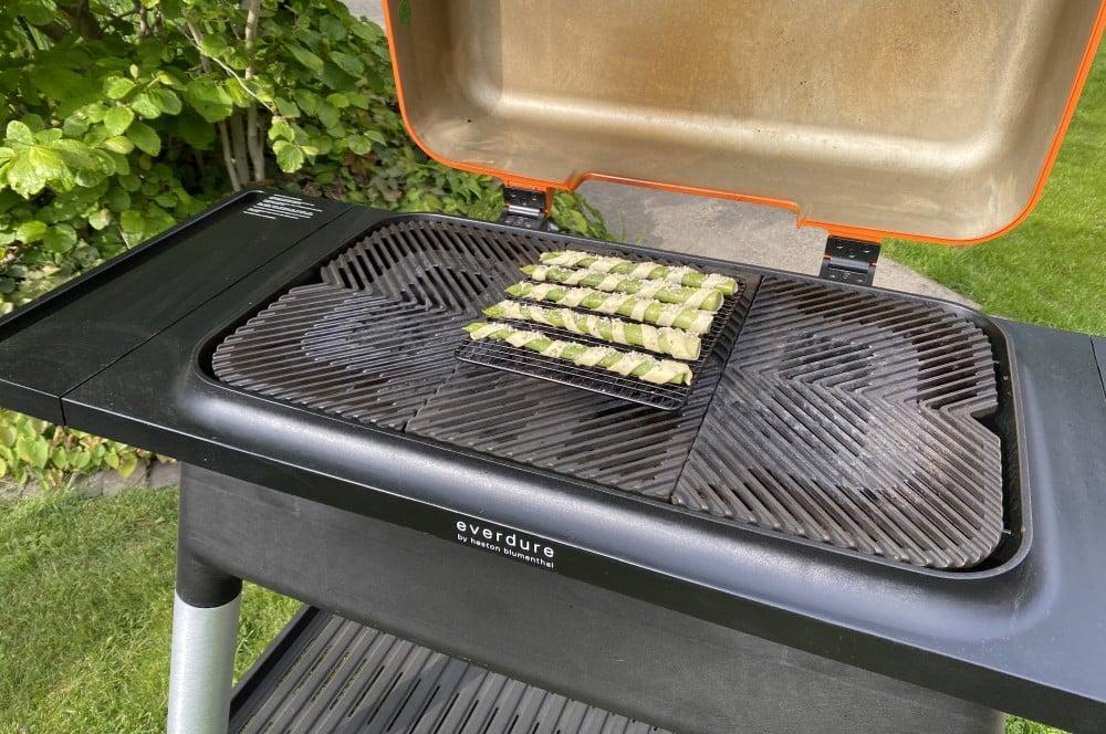 Die Spargel-Blätterteig-Stangen werden indirekt gegrillt spargel-blätterteig-stangen-Spargel Blaetterteig Stangen 04-Spargel-Blätterteig-Stangen mit Parmesan-Oregano-Topping