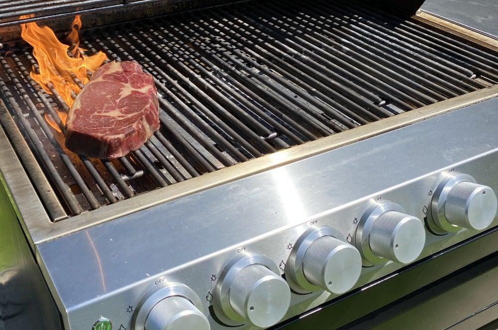 Das erste Steak auf Ottos Gasgrill G32 otto wilde gasgrill g32-Otto Wilde Gasgrill G32 Connected 15-Otto Wilde Gasgrill G32 im Test – Der innovativste Gasgrill des Jahres