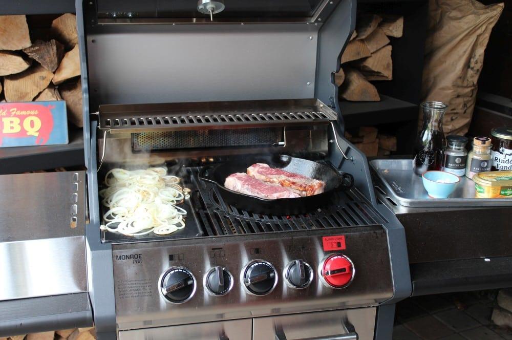 Zwiebeln und Steaks werden gleichzeitig gebraten zwiebelrostbraten-Zwiebelrostbraten schwaebisch Rezept 03-Zwiebelrostbraten – Traditioneller schwäbischer Rostbraten
