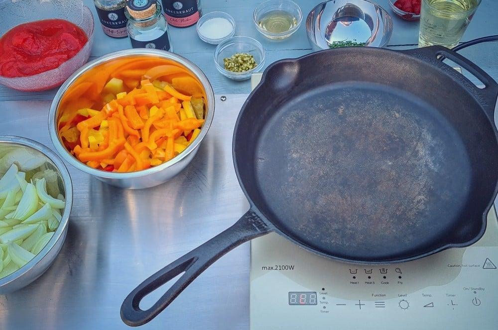 Das Setup für die Zigeunersauce steht zigeunersauce-Zigeunersauce Rezept 02-Zigeunersauce – Rezept für die beliebte Paprikasauce