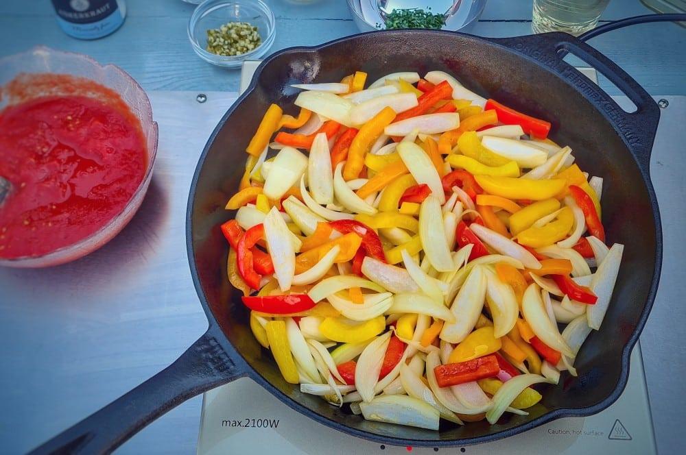 Paprika und Zwiebeln werden angebraten zigeunerschnitzel-Zigeunersauce Rezept 03-Zigeunerschnitzel – Rezept für den Schnitzelklassiker mit Paprikasauce