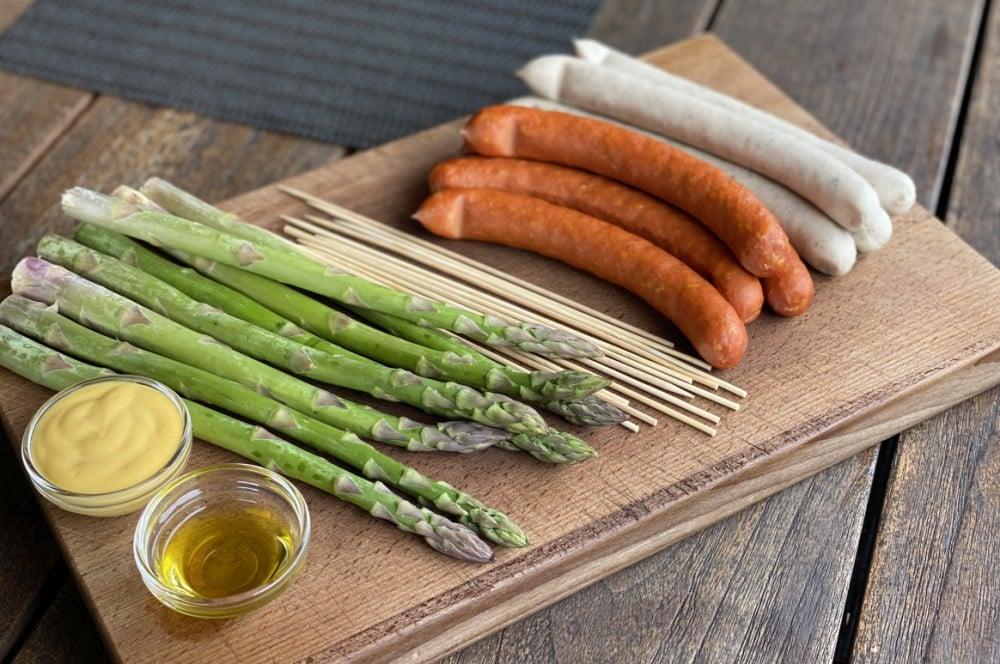 Alle Zutaten für die Bratwurstspieße mit Spargel auf einen Blick bratwurstspieße-Bratwurstspiesse gruener Spargel 01-Bratwurstspieße mit grünem Spargel und Honig-Senf-Sauce bratwurstspieße-Bratwurstspiesse gruener Spargel 01-Bratwurstspieße mit grünem Spargel und Honig-Senf-Sauce